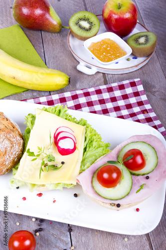 canvas print picture Obstfrühstück mit belegten Brötchen