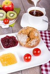 Kaffee mit Brot und Obst