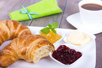 Croissant Frühstück mit Kaffee
