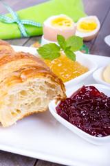 Croissant mit Marmelade zum Frühstück