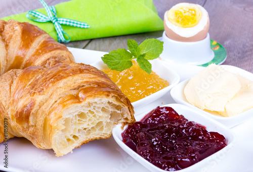 canvas print picture Croissant Frühstück mit Ei und Marmelade