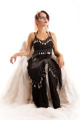sitzende Frau im Gothic-Kostüm