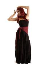 rothaarige Frau im schwarzen Kleid freigestellt