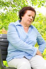 Seniorin mit schmerzender Hüfte