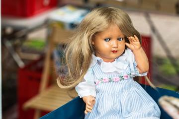 Alte Puppe auf Flohmarkt