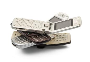 vecchi telefonini in fondo bianco