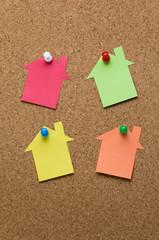 コルクボードの上の家型のメモ用紙