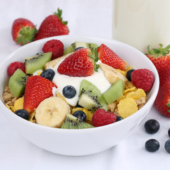 Früchte Müsli mit Joghurt und Erdbeeren