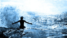 Ocean Wave éclaboussures sur un homme assis sur la falaise