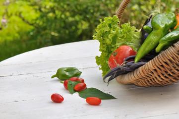 légumes du jardin  dans panier  en osier