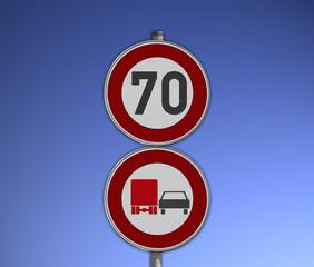 Verkehrsschild Tempo 70 und Überholverbot für LKW