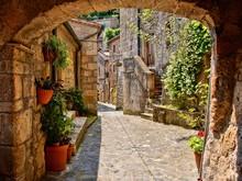Arqué rue pavée dans un village de Toscane, Italie