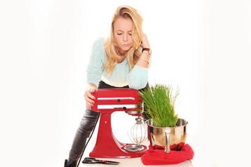 junge Frau stolz auf Küchenmaschine