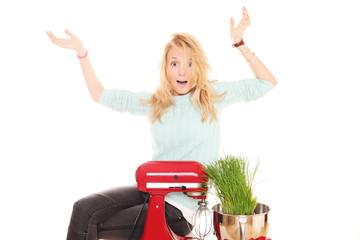 junge Frau freut sich über Küchenmaschine