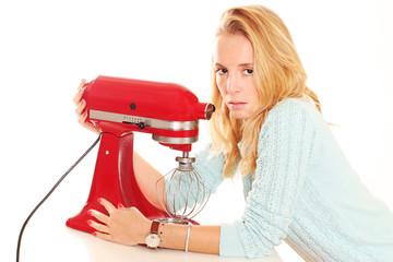 junge Frau besonders stolz auf ihre Küchenmaschine