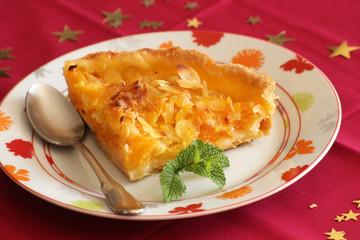 part de tarte au abricots et amandes