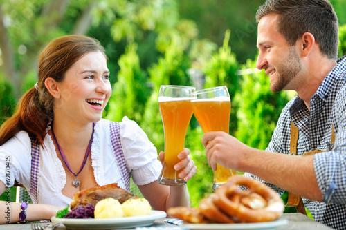 Glückliches Paar im Biergarten in Bayern - 69170405