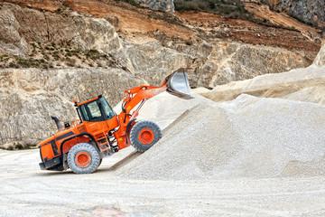 attrezzo industriale dentro cava di inerti
