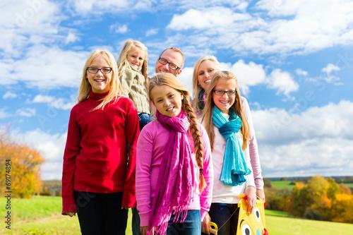 canvas print picture Familien Spaziergang im Herbst Park