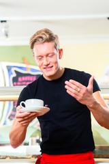 Kellner arbeitet in Eisdiele oder Cafe