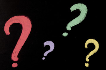 lavagna con punti interrogativi