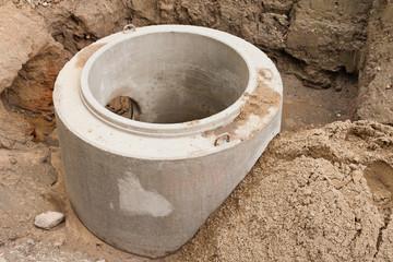 Ein neu montiertes Betonfertigteil für einen Abwasserkanal