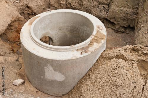 Ein neu montiertes Betonfertigteil für einen Abwasserkanal - 69177403