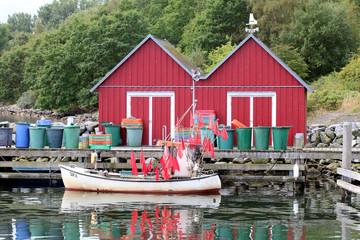 Fischerboot mit Fahnen im Hafen,rote