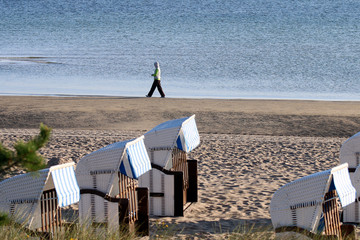 joggerin am Strand Ostsee mit Strandkörben