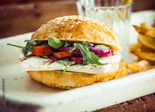 Leinwanddruck Bild Halloumi Cheese and Rocket Salad Homemade Burger