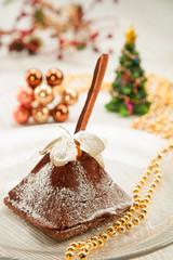 Christmas cakes with cinnamon and exotic fruit