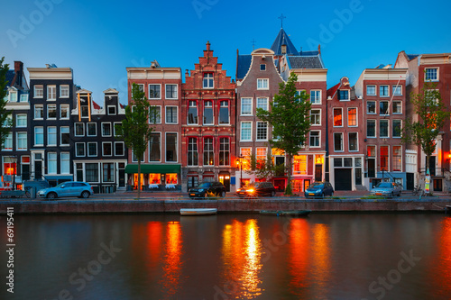 Foto op Aluminium Amsterdam Night city view of Amsterdam canal with dutch houses