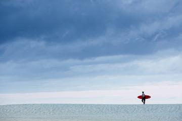 Surfeur planche rouge