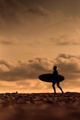 silhouette surfeur au soleil couchant