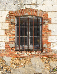 fenêtre grillagee dans un mur délabré