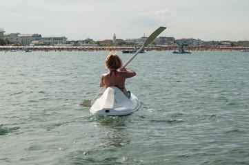 ragazza in kayak