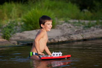 Мальчик в речке