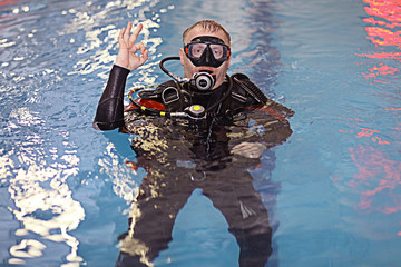 coach diving in the water, training, command