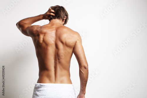 Leinwanddruck Bild perfect fit man from the back in white towel