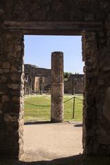Blick durch eine Tür in den Hof des Forum Triangolare - Pompeji