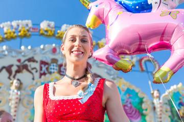Frau mit Einhorn Ballon beim Oktoberfest