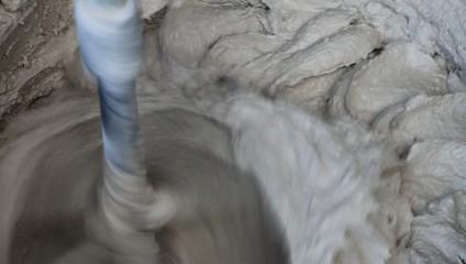 Mörtel rotiert im eimer