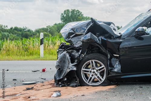 Leinwanddruck Bild Beschädigtes Auto nach Verkehrsunfall