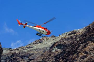 Elicottero da turismo in montagna
