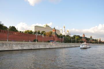 Вид на Московский Кремль со стороны Москвы реки. Речная прогулка