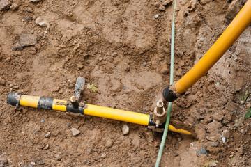 Arbeiten an der Gasversorgung - Gasrohre in einer Baugrube