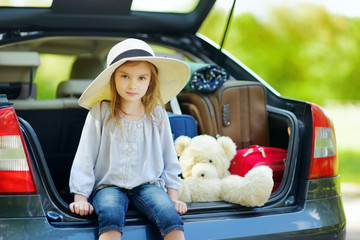 Little girl going to a car vacation