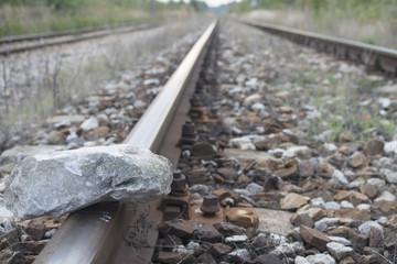 Kamienie ułożone na torach kolejowych