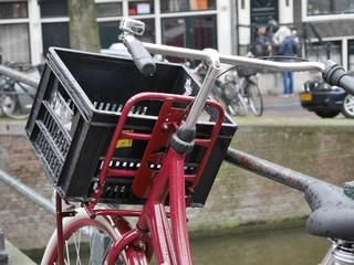 rotes Fahrrad in Amsterdam