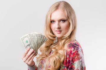 Junge Frau mit Dollarscheinen